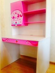 Детский письменный стол Чилек со стеллажом для девочек
